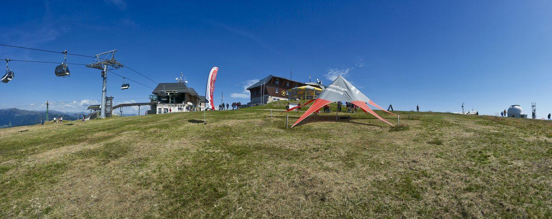 Auf der Gerlitzen, Gipfelplateau mit dem Gipfelhaus und der Seilbahn-Bergstation
